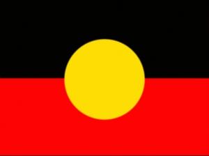 Az Ausztrál Őslakosok zászlója, és 'nemzeti' szimbóluma. 1971-ben tervezte Harold Thomas őslakos művész; először ezen év július 12-én lobogott Adelaid-ben, a Nemzeti Őslakos Napon. A sárga szín jeleníti meg a napot, mint az élet adóját, a vörös a földet és a hozzá fűződő kapcsolatot, a fekete pedig Ausztrália ősi lakóit.