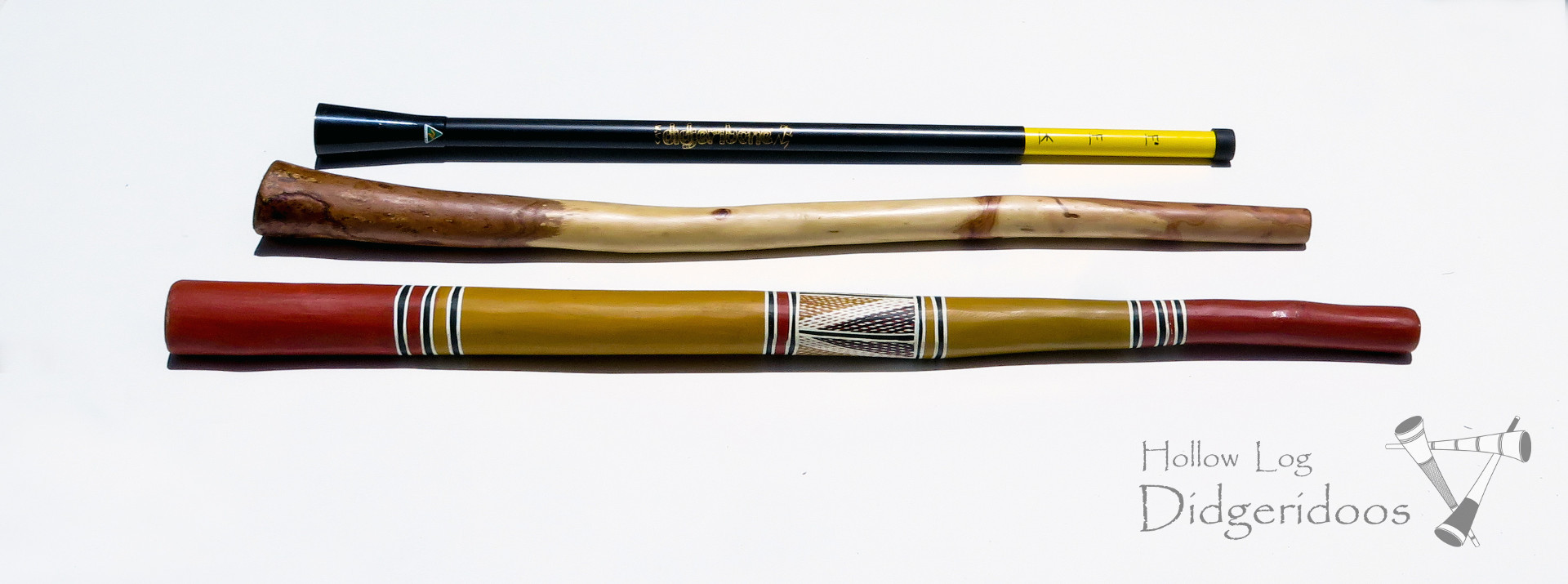 Különböző típusú didgeridook. Fentről: Didjeribone; eukaliptusz didgeridoo; tradicionális didgeridoo, 'yidaki, készítője Djalu Guruwiwi.